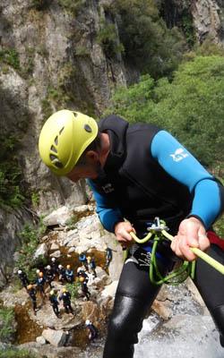 Rappel en canyoning dans les Pyrénées Orientales, du haut d'une cascade de 50 mètres