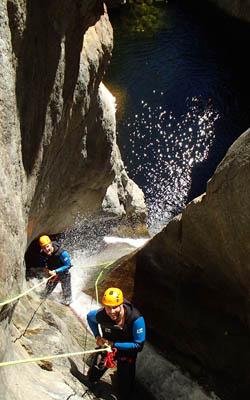 Descente en rappel de 30 mètres dans le canyon des Anelles dans les Pyrénées