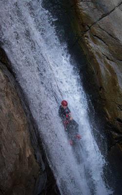 Descente en rappel dans une cascade du canyon du Llech
