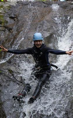 Glissade en canyoning sur un toboggan naturel des Pyrénées Orientales