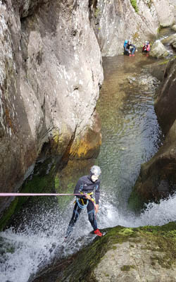 Descente en rappel en canyoning au Canigou dans une cascade