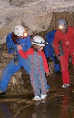 Famille en spéléologie en Ariège dans les Pyrénées