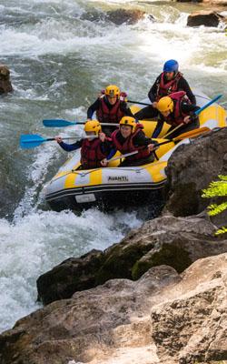 Passage d'un rapide en rafting sur l'Aude à Belvianes et Cavirac