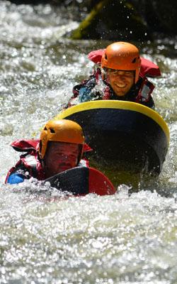 Deux personnes en hydrospeed sur l'Aude passent un rapide