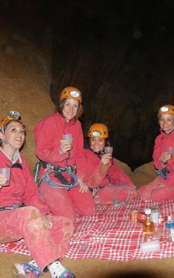 Femmes qui boivent un verre dans une grotte pour fêter une occasion spéciale