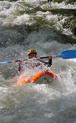 Passage d'un rapide de classe 3 en kayak gonflable dans les gorges de l'Aude